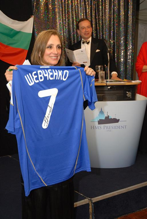Signed football shirt of Andriy Shevchenko is being auctioned.